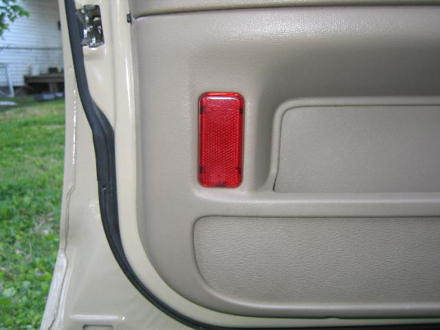 Photo 7 - Front Driveru0027s Door Courtesy Light from 03CVPI (just reflector) & drivers_side_door_panel_courtesy_light_03CVPI_detail.png